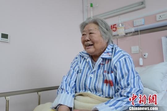 梁军老人在医院接受治疗 医大二院提供 摄