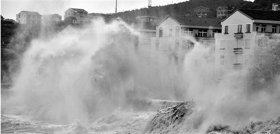 昨日温岭石塘港,巨浪扑向堤坝。 郏策 摄