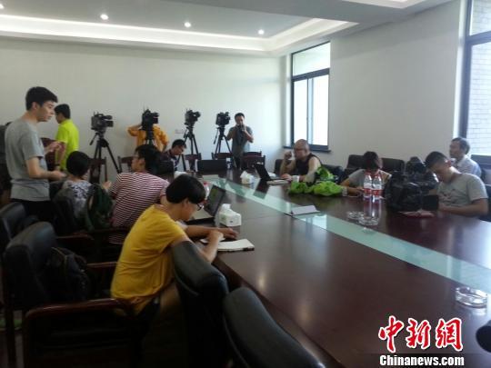 记者等候余姚市领导前来开新闻发布会。 徐小勇 摄