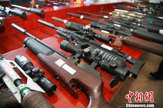 图为临安警方所缴获的43把涉案枪支。 李晨韵 摄