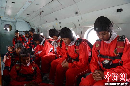 印度尼西亚队在跳伞前进行准备图片:中新社发(摄影:李建昭)