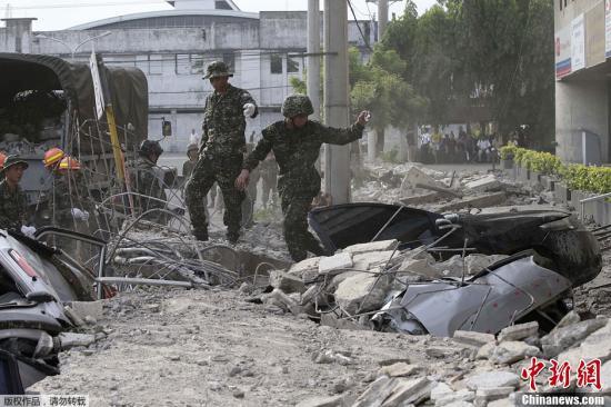 10月15日,菲律宾中部地区发生7.2级地震,灾情持续扩大,菲官方称地震已造成宿务、保和等省份数十人遇难,数百人受伤,大批建筑物受损。图为菲律宾军方在搜救被困者。