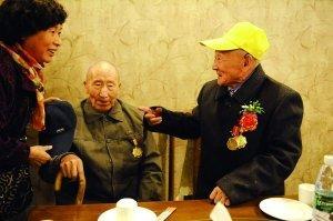 2名百岁抗战老兵60年后再相逢 多方捐款促成会面
