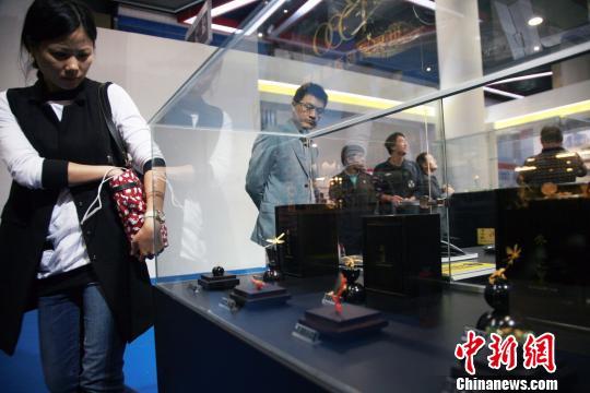 图为民众观赏台湾金雕作品。 李晨韵 摄