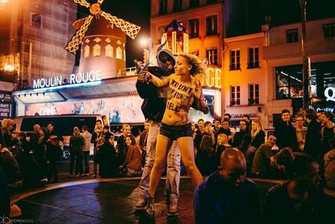 乌克兰女权组织半裸现身巴黎景区呼吁抵制卖淫