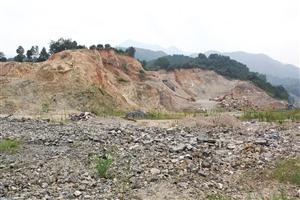 烟墩山近半座山已被挖空 邱一文 摄