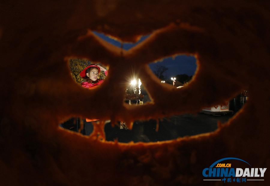 美国举行水下南瓜灯雕刻大赛 潜水与艺术两不误(高清组图)