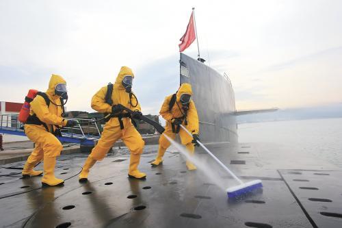 """官方媒体近日对解放军战略核潜艇部队进行""""解密""""。图为官兵进行核沾染洗消训练。新华社发"""