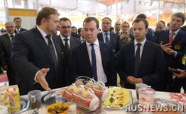梅德韦杰夫参加农工展尝冰淇淋不忘调侃副总理