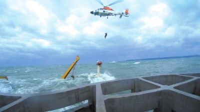 10月16日,韩国海警利用直升机在事故现场实施救援。