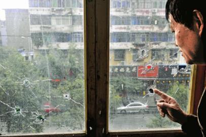 10月17日,朱先生家窗户被击穿。