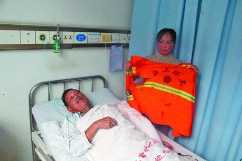 姚东海的女儿展示父亲被划伤的环卫马甲。记者 魏朝林 摄影