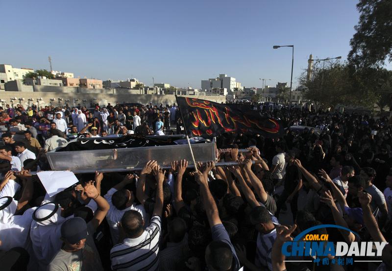 巴林越狱男子葬礼引发骚乱 警察用催泪弹驱散抗议者