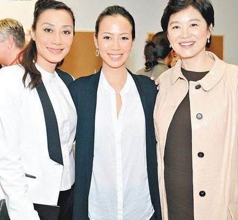 林青霞三个女儿罕见亮相 庆贺施南生领勋章