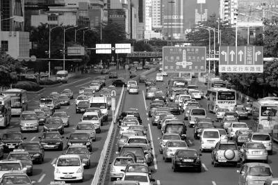 机动车尾气已成深圳大气环境的最大污染源。资料图片