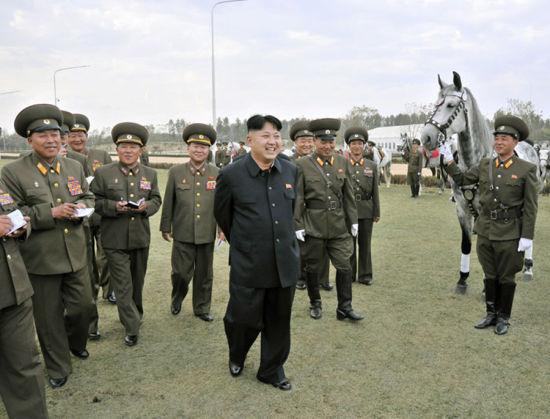 朝鲜最高领导人金正恩日前视察已完工的美林马术俱乐部。图片来源:朝鲜《劳动新闻》