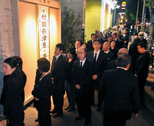 日本女子舍身救老人获褒奖官房长官前来悼唁