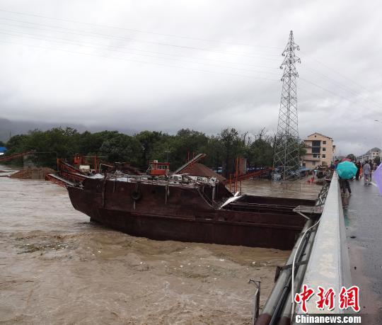 700吨重船只被大桥卡住现场。 杨春桂 摄