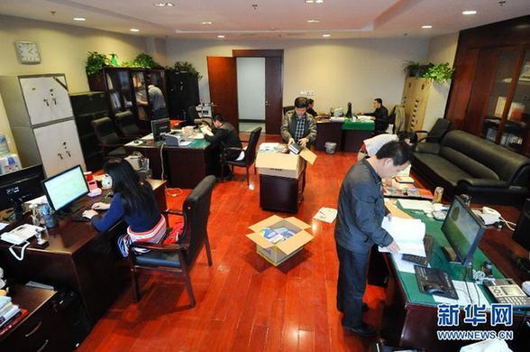 10月29日,在此前被曝光的4楼某办公室,已有8名工作人员在此办公。近日有媒体曝光江苏徐州沛县行政中心办公用房超标,记者来到现场了解到,自10月28日起,县四套班子主要负责人带头清退办公用房,已入驻的46家办公单位压缩办公面积,平均4人共用30平方米左右的办公室。沛县行政中心办公用房建筑面积5.4万平方米,近期将有第二批29家单位入驻。整改完成后,工作人员共计3402人,人均办公建筑面积约15.87平方米。新华社发(李响摄)