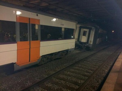 西班牙巴塞罗那发生列车脱轨事故造成3人受伤