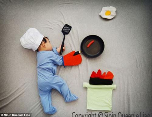 廖奎尼使用各色布料、毛绒玩具等,在睡着的儿子周围创造特定的场景。