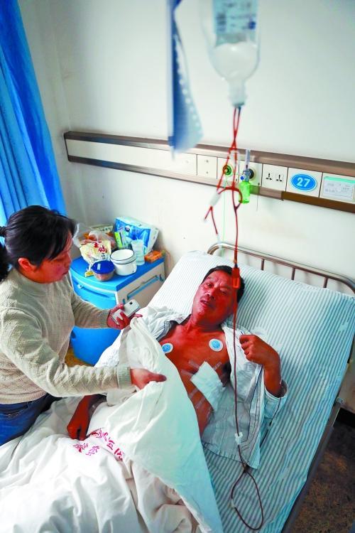 姚东海刚换完药,女儿为他盖好被子。记者 张琮 摄影