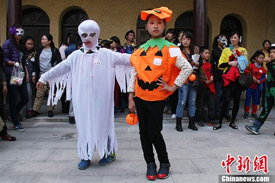 10月27日下午,一群苏州小朋友带上自己DIY的万圣节面具,并穿上自己购买搭配的奇装异服,在江苏苏州沧浪街道上演了一场变装T台秀。中新社发 王思哲 摄