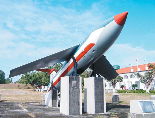 美军当年曾在台南基地内部署携带核弹头的屠牛士导弹,美军撤离后,留了一个弹壳供纪念,目前仍留在台南机场内。图自台湾《联合报》/高智阳提供