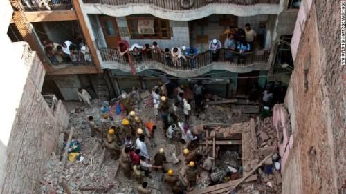 印度新德里一居民楼倒塌至少一人死亡2人受伤