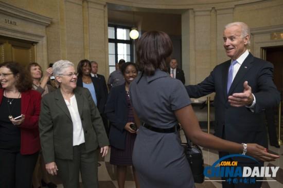 当地时间2013年10月17日,美国华盛顿,副总统拜登在威廉-杰斐逊-克林顿大楼欢迎环境保护署的员工。美国政府在关门16天之后重新开门,政府职员重返工作岗位。