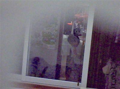 客厅摄像头拍录保姆拍打小孩头部的镜头