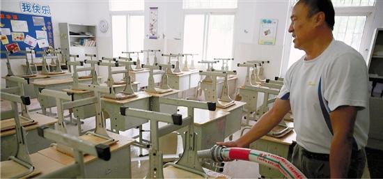 杭州清泰实验学校的老师在冲洗教室。