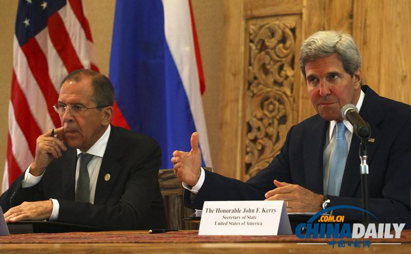 美国国务卿克里(右)在俄美外长联合新闻发布上回答记者提问。