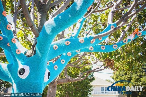 """美姐妹打造可爱""""鱿鱼树"""" 做衣穿衣花费34小时(组图)"""