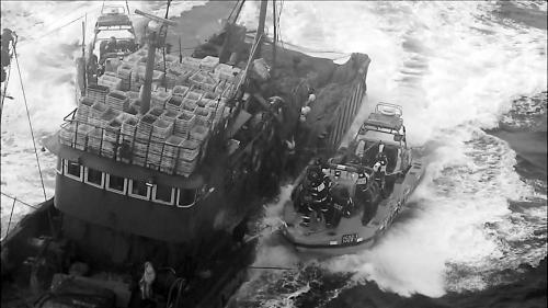 韩国海警乘坐高速艇,试图登上中国渔船。