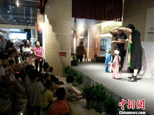 图为游客在欣赏泰顺提线木偶戏。 谢盼盼 摄