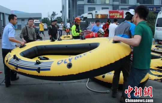 橡皮艇作为重要的救灾物资之一被送到灾区。