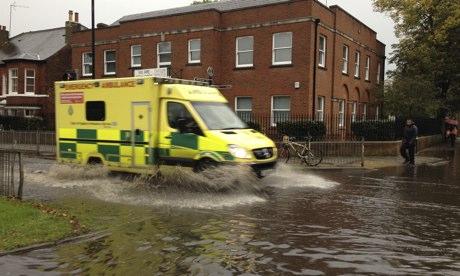 英国遭近年最大暴风雨袭击一男孩或已遇难(图)