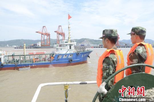 图为:边检官兵对港区作业船舶进行疏散。 台州边防