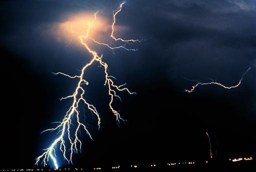 印度雷电天气频发电闪雷鸣32人被击中身亡(图)