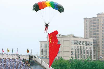 开幕式上的跳伞表演摄影:本报记者 郑红深