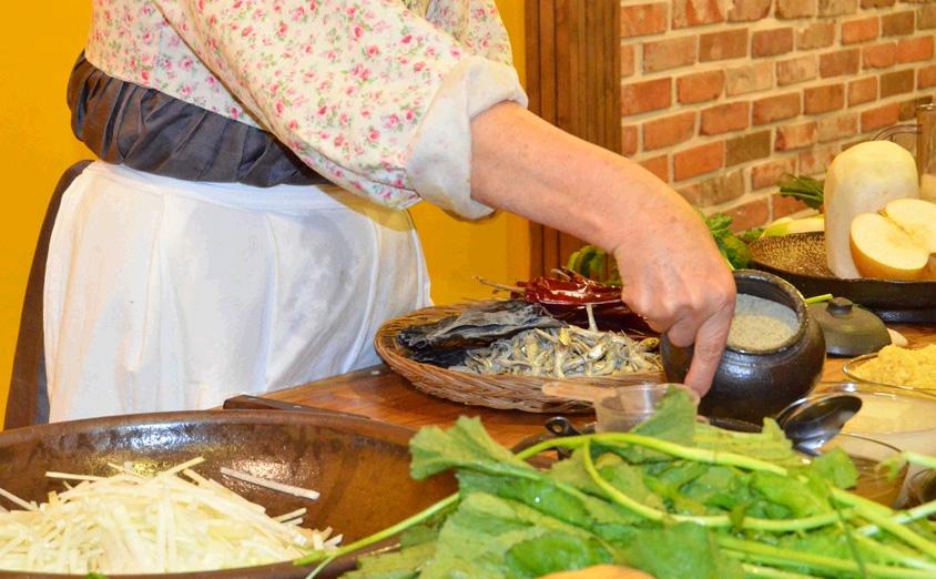 韩国妇女讲解泡菜制作过程(韩国网站截图)