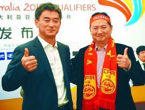 傅博(左)昨天和西安球迷共勉