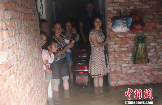 图为受灾民众等待救援。 黄海 摄