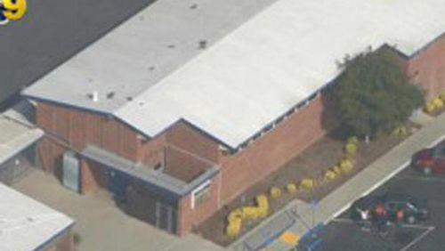 美国小学大会上警察枪支走火致3名儿童受伤(图)
