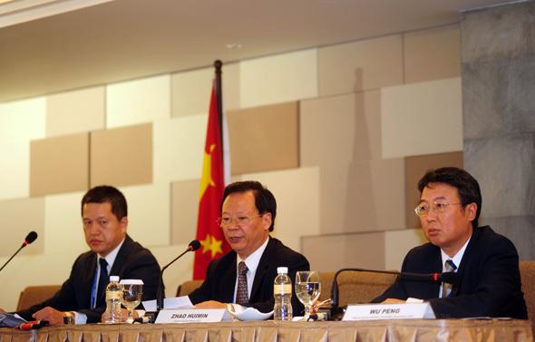 2013年10月8日,在印度尼西亚巴厘岛,北京市政府外事办公室主任赵会民(中)在新闻发布会上发言。 当日,在亚太经合组织第二十一次领导人非正式会议后举行的新闻发布会上,北京市政府外事办公室主任赵会民表示,北京将举办2014年亚太经合组织(APEC)领导人非正式会议,会议场址设在雁栖湖,北京将以筹备会议为契机,加速北京的世界城市建设。图片:新华社发(摄影:祖卡南)