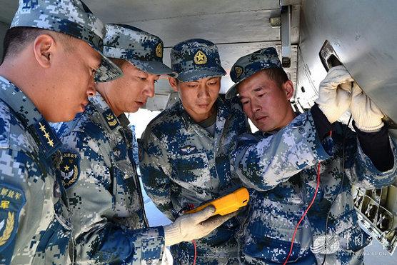 资料图:飞机温度表不指示,机械师与战友检测故障。