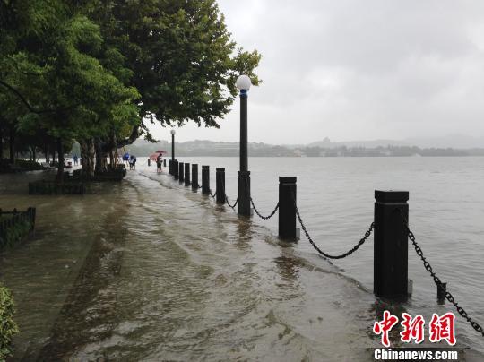 湖水已没过堤岸,水深达30厘米。 邵思翊 摄
