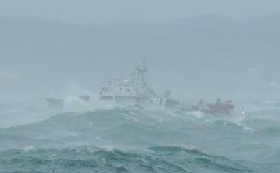 10月15日下午,货船遭遇风浪。