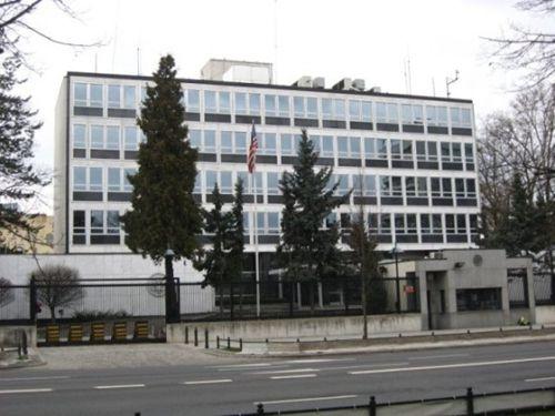 图为美国驻华沙大使馆办公楼。位于其顶部的长方形建筑便是窃听装置。